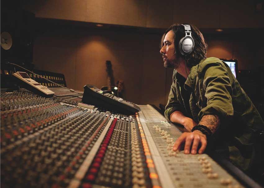 How do headphones reproduce low frequencies?